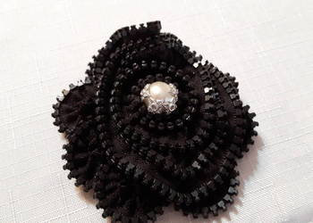 Czarna broszka z perłą