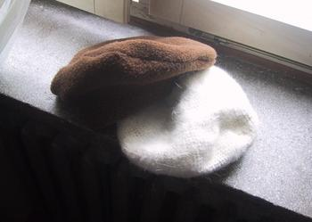 Ładne.Dwa berety na zimę.Brąz / biel / wełna.Stan bdb.Wysyłka