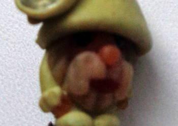 PODULKA Modelinowa maleńka broszeczka Krasnal