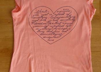 Różowa bluzka z nadrukiem sercem z krótkim rękawem sinsay