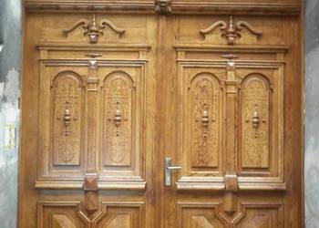 Repliki stylizowanych drzwi i bram w  kamienicach