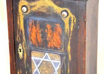 Drewniana szafka apteczka z Gwiazdą Dawida
