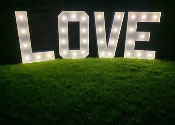 napis LOVE do wynajęcia na wesele