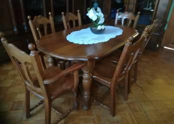 Stary stół i krzesła.