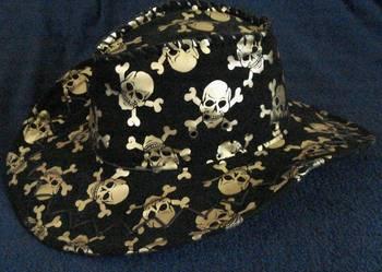 kapelusz czaszka.