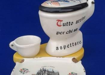 Ceramiczna popielniczka w kształcie toalety