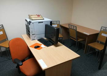 Zestaw mebli biurowych - biurka, krzesła, regały