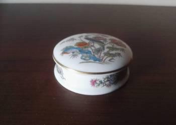 Delikatne, porcelanowe puzderko z pawiem, sygnowane