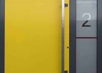 Drzwi aluminiowe wejściowe z boczną dostawką