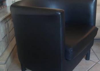 Fotel koloru czarnego.