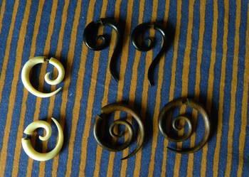 kolczyki imitujące piercing