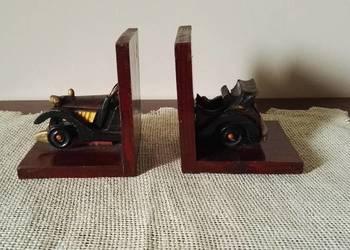 Drewniane, podpórki do książek w kształcie retro samochodu