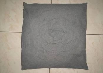 Używana poduszka z poszewką w kolorze popielatym 45 x 45 cm