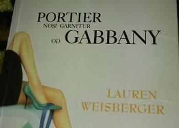 Portier nosi garnitur od Gabbany - Lauren Weisberger